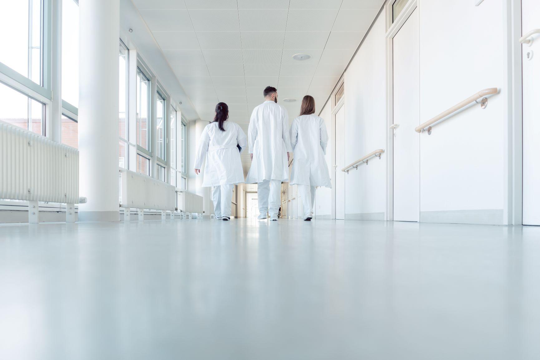 Offres d'emploi en gynécologie : Des annonces dédiées aux gynécologues médicaux.   Le suivi gynécologique des femmes tout au long de leur vie est primordial pour les maintenir en bonne santé et les aider à prendre les bonnes décisions. C'est le rôle du gynécologue médical.  SI vous êtes médecin spécialisé en gynécologie médicale, nous vous proposons des offres d'emploi dédiées à votre spécialité.    Gynécologie médicale, une spécialité à part entière   En qualité de gynécologue médical, votre rôle est essentiel. Vous êtes le médecin référent des patientes dans leur quotidien et êtes le point d'appui pour tous les autres spécialistes en gynécologie (gynécologue obstétricien, chirurgien gynécologue…) qui pourront les accompagner lors d'étapes clés de leur vie.  De l'adolescence jusqu'à la fin de leur vie, vous prenez en charge les patientes dans leur globalité et vous leur apportez un soutien sur diverses questions gynécologiques :  Contraception, prévention et prise en charge des IST Sexualité, infertilité du couple Suivi de grossesse normale Puberté pathologique Maladies endocriniennes Ménopause Vous aidez réellement les patientes dans leur quotidien. Elles vous sont d'ailleurs parfois adressées par les médecins généralistes afin que vous leur proposiez une réponse et un accompagnement d'expert.  A votre tour, vous pourrez les adressées à d'autres confrères pour traiter des pathologies qui ne relèvent pas de votre spécialité telles que les cancers génitaux que vous aurez dépistés ou le suivi de grossesses à risque.  Pour être au plus près des patientes vous pouvez exercer en ville dans un centre médical spécialisé ou pluridisciplinaire. Mais vous n'êtes pas obligé de travailler en cabinet médical. De plus en plus de postes de praticiens hospitaliers sont disponibles afin d'offrir à la patientèle la possibilité de consulter au sein d'un pôle dédié à la gynécologie.  Le gynécologue médical est sans nulle doute le médecin de confiance de toutes les femmes lorsqu'il s'a